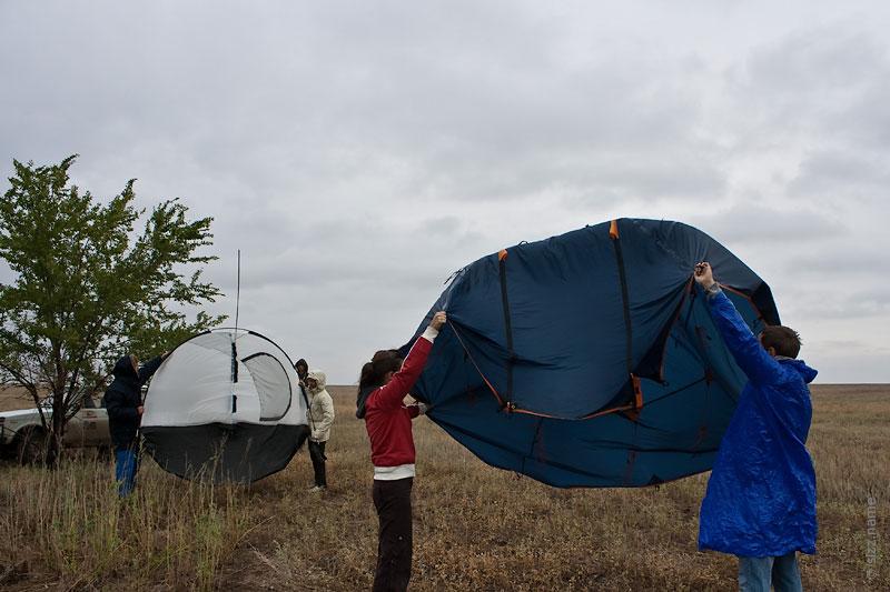 Складывание палатки на ветру