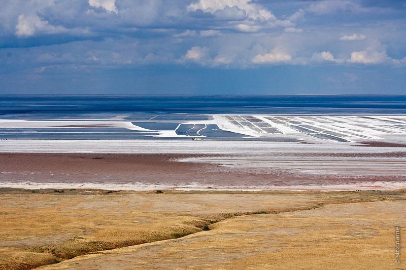 Вид на добычу соли на озере Баскунчак