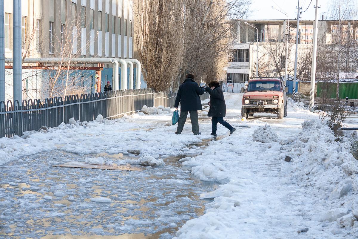 люди перебираются по льду, 2й комсомольский проезд, саратов