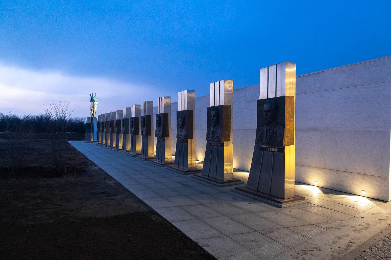 парк покорителей космоса вечером галерея космонавтов